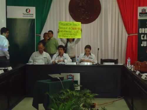 Perredistas protestan en silencio en sesión de cabildo de Tampico
